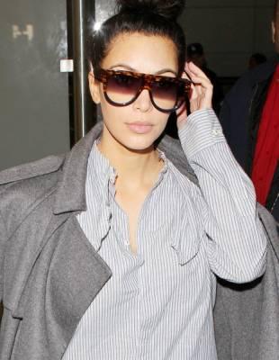 Kim Kardashian porte les lunettes de soleil Céline